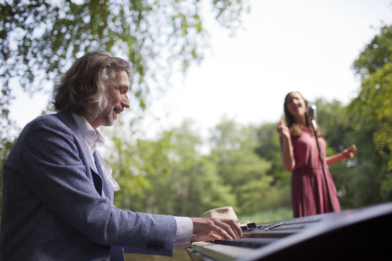 De mooiste akoestische live muziek voor je bruiloft, bedrijfsfeest, receptie, borrel of ceremonie. Stijlvol op het podium of sfeervol als achtergrondmuziek.